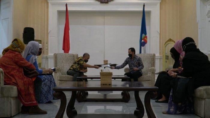 Pemerintah Kota (Pemkot) Bogor akan melibatkan para pengrajin batik di Kota Bogor berkontribusi dengan membuat desain batik khas Kota Bogor untuk 75 bus yang merupakan bantuan pemerintah pusat.