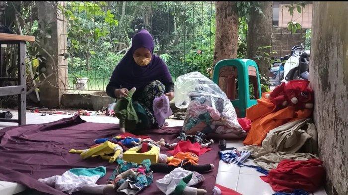 Kisah Guru Honorer di Bogor Banting Stir Jadi Tukang Jahit Kostum Hewan, Sebulan Tembus Rp 10 juta