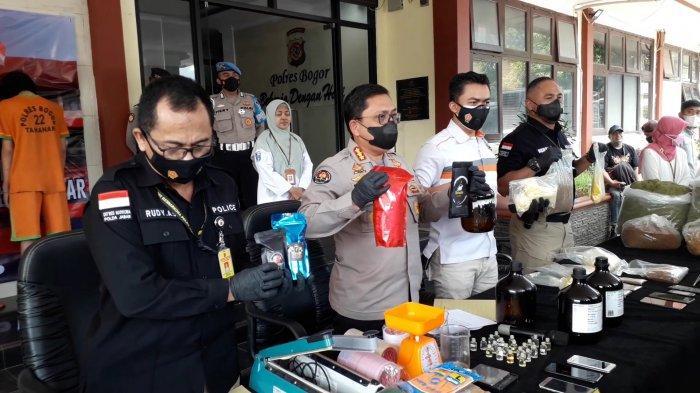 Pengungkapan kasus peredaran narkoba jenis tembakau sintetis atau gorila dengan bahan baku yang dikirim dari Negara Cina di Mapolrea Bogor, Selasa (21/9/2021).