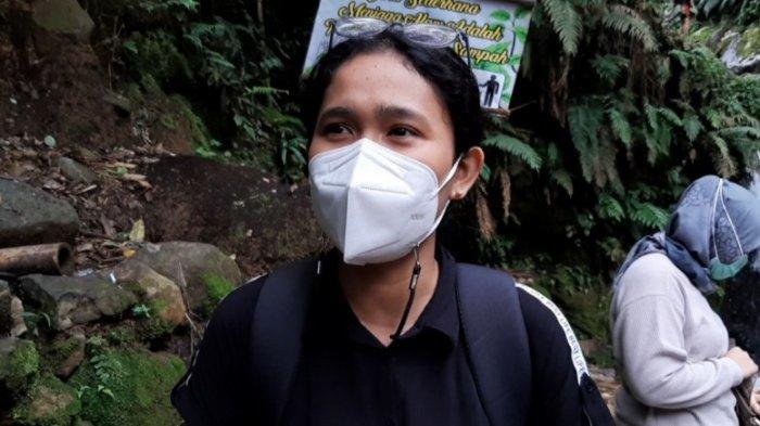 Seorang pengunjung Curug Pangeran yang berasal dari Tangerang, Ayu