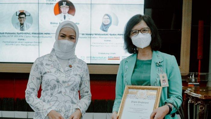 Pemerintah Kota (Pemkot) Bogor bersama Yayasan Kanker Indonesia (YKI) Kota Bogor menggelar acara peningkatan pemahaman paliatif dan pembekalan fasilitas kesehatan dirangkaikan dengan pemberian simbolis donasi pasien kanker di Paseban Sri Bima, Balai Kota Bogor, Senin (12/4/2021).