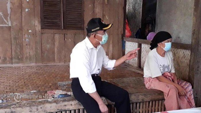 Menteri Koordinator Pembangunan Manusia dan Kebudayaan (Menko PMK) Muhadjir Effendy melakukan peninjauan penyaluran bantuan sosial di Desa Cikeas Udik, Kecamatan Gunungputri, Kabupaten Bogor, Jumat (15/5/2020).