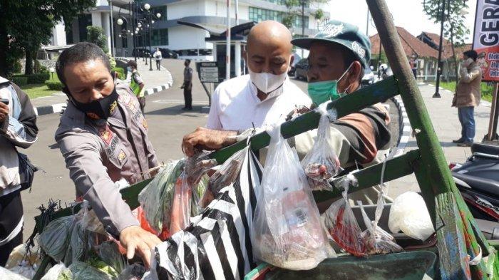 Melintas di Tengah Operasi Vaksinasi, Penjual Sayur Diajak Vaksin, Sayurannya Diborong Polisi