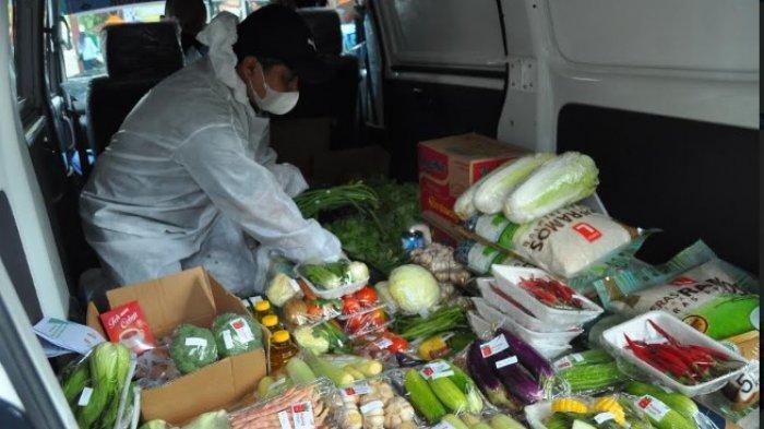 Berjualan Sayur di Komplek yang Dikarantina, Petugas Pasar Pakuan Jaya Pakai APD Lengkap