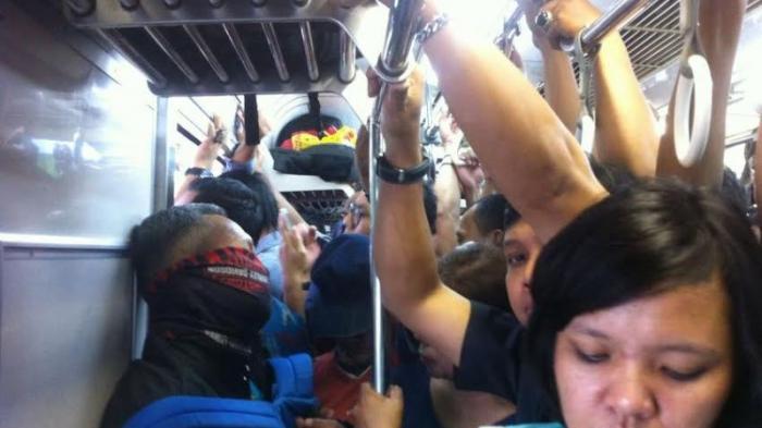 Kereta Anjlok Dievakuasi, Tapi Penumpang Masih Berdesakan
