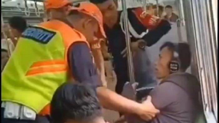 Video Viral Penumpang Merokok di Dalam KRL, Ditegur Petugas Malah Beri Respon Begini