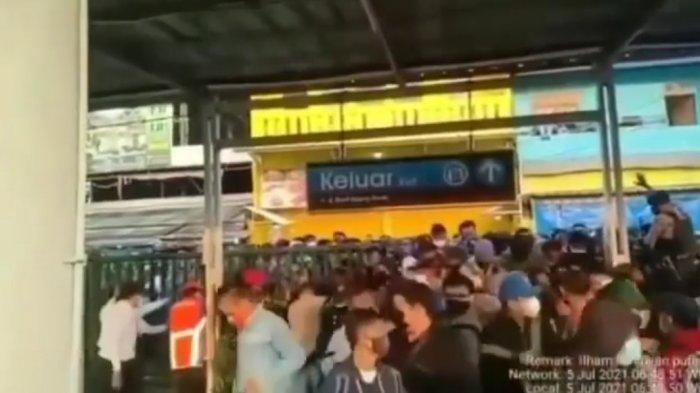 Penumpukan penumpang di Stasiun Bojonggede Senin (5/7/2021) pagi