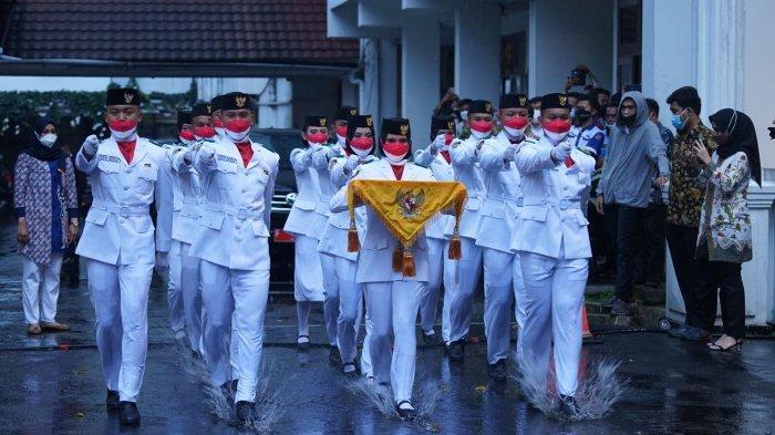 Detik-detik Anggota Paskibraka Kota Bogor Diguyur Hujan Deras saat Upacara Penurunan Bendera