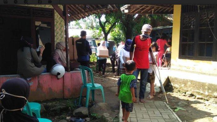 Baznas Salurkan 60 Paket Bantuan dan Zakat ke Warga Kampung Rambay Kota Bogor