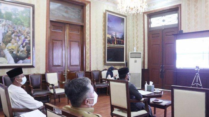 Pemerintah Kota (Pemkot) Bogor bersama tujuh pemerintah kabupaten di Jawa Barat menyerahkan Laporan Keuangan Pemerintah Daerah (LKPD) Tahun Anggaran (TA) 2020 (unaudited) ke Badan Pemeriksa Keuangan (BPK) secara virtual, di Paseban Punta, Balai Kota Bogor, Senin (22/3/2021).