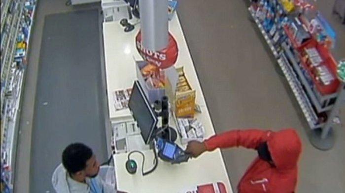 Ditodong Pistol Reaksi Kasir Minimarket Ini Bikin Perampok Keki, Lihat Videonya