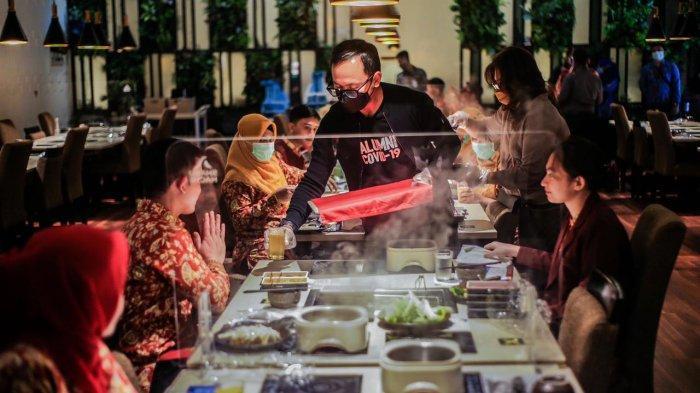 Perawat di Kota Bogor Ditraktir Makan dan Belanja, Begini Gaya Bima Arya saat Jadi Pelayan Restoran