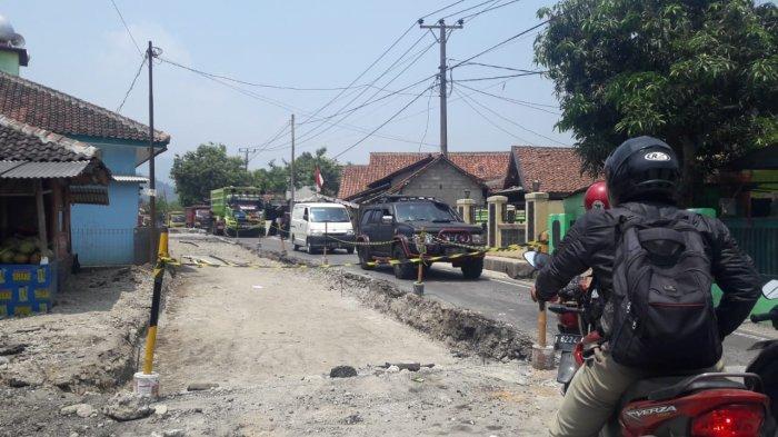 Sedang Dilakukan Perbaikan, Kendaraan yang Melintas Jalan Raya Cigudeg-Jasinga Harus Bergantian