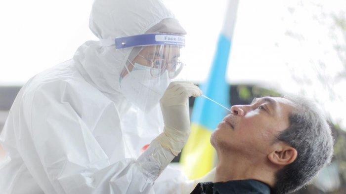 Wakil Wali Kota Bogor, Dedie A Rachim bersama Kepala Dinas Kesehatan (Dinkes) Kota Bogor, Sri Nowo Retno meresmikan Bumame Farmasi Swab Test di Mall Boxies 123, Sabtu (30/1/2021) pagi.