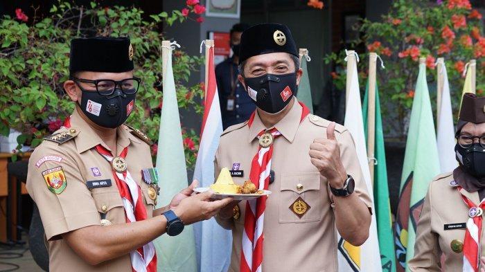 Ketua Majelis Pembimbing Cabang (Kamabicab) Gerakan Pramuka Kota Bogor, Bima Arya memimpin upacara Peringatan Hari Pramuka ke-60 yang dipusatkan di SMPN 4 Kota Bogor, Sabtu (14/8/2021).