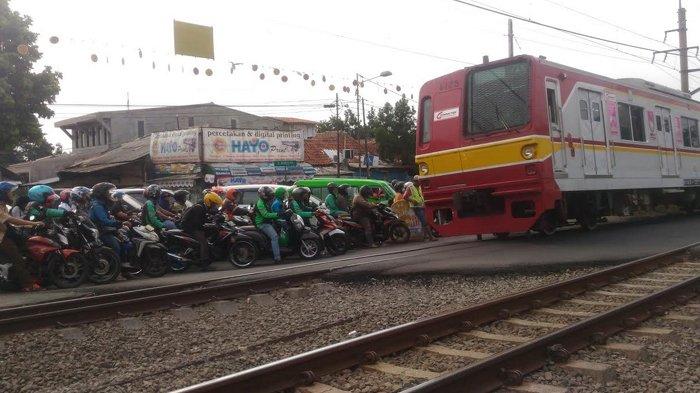 Pikir Lagi Kalau Ingin Terobos Perlintasan Kereta, Jarak Kereta Hanya 1 KM Setelah Alarm Berbunyi
