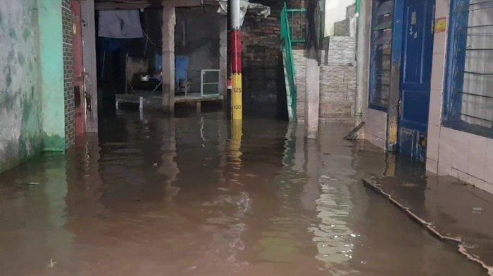 Imbas Hujan Deras, Warga Jakarta yang Tinggal Dibantaran Kali Ciliwung Jadi Korban Banjir