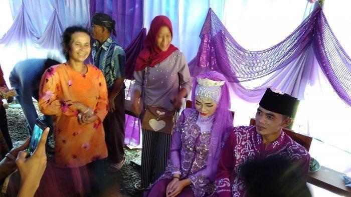 Pasangan Ini Menikah di Dekat Tenda Pengungsi Longsor di Sukabumi, Digelar Sederhana Tanpa Hiburan