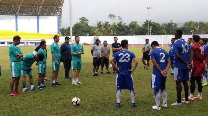 Sempat Absen Miljan Radovic Kembali Pimpin Latihan Persib Bandung