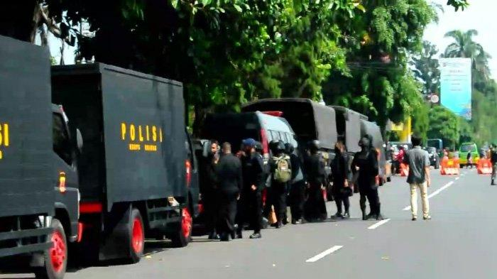Personel gabungan TNI-Polri dan Brimob melakukan apel gabungan di Jalan Jenderal Sudirman di depan Pintu Masuk Istana Bogor, Selasa (20/10/2020).