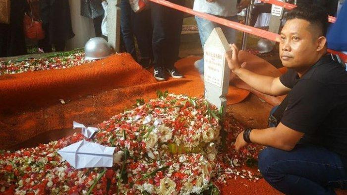 Usai Pemakaman, Ada Pesawat Kertas di Makam BJ Habibie
