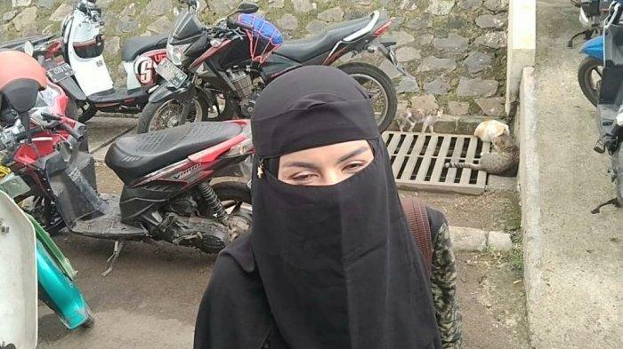 Pesinetron Five Vi menggunakan busana Muslim dan bercadar.