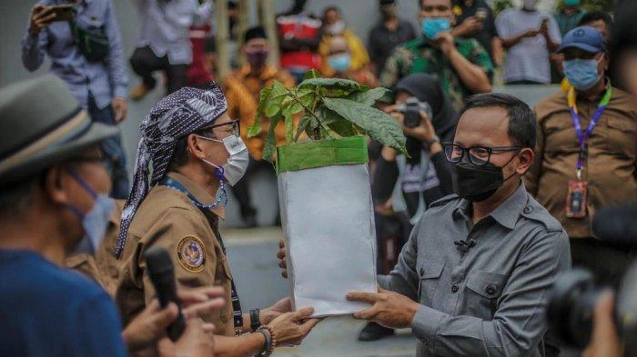 Sandiaga Uno dan Bima Arya melihat potensi pengembangan agrowisata di wilayah Rancamaya, Bogor Selatan, di mana kawasan ini sangat terkenal sebagai sentra penghasil durian.