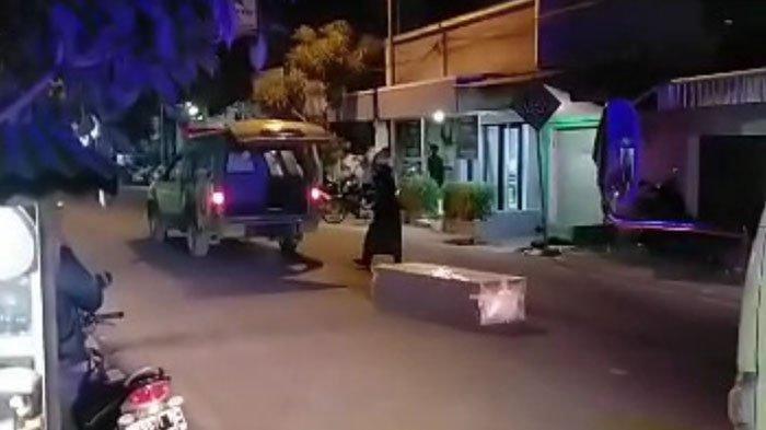 Potongan rekaman video amatir jenazah Covid-19 terlempar dari mobil ambulans, Senin (5/7/2021) malam.