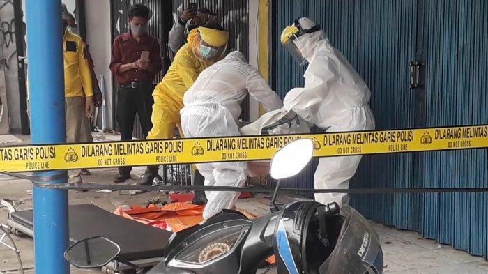 Sesosok Wanita Ditemukan Meninggal Dunia Depan Ruko di Cibinong, Dievakuasi Petugas Berpakaian APD