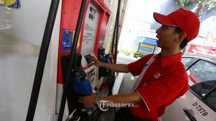 Petugas tengah mengisikan bahan bakar minyak (BBM) jenis Pertamax di SPBU Cikini, Jakarta Pusat
