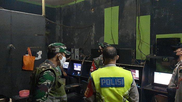 Sisir Tempat Rawan Kerumunan, Petugas Gabungan Bagikan Masker Gratis di Bojonggede