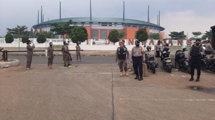 Jelang Laga PSS Sleman Vs Arema FC, Petugas Tutup Ruas Jalan Stadion Pakansari