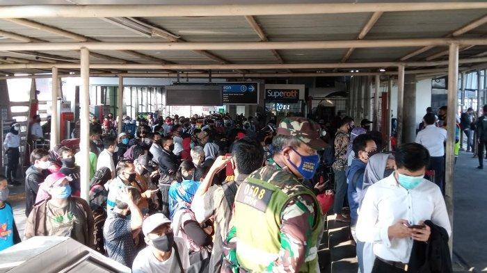 Petugas Gabungan Berjaga di Stasiun Citayam, Beri Arahan Penumpang KRL Ikuti Protokol Kesehatan