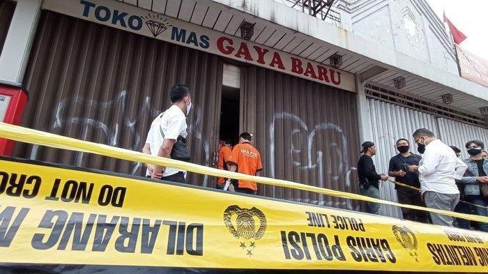 Petugas Inafis Polrestabes Bandung melakukan olah tempat kejadiam perkara perampokan di Toko Mas Gaya Baru, Jalan Ahmad Yani, Bandung, Senin (20/9/2021).