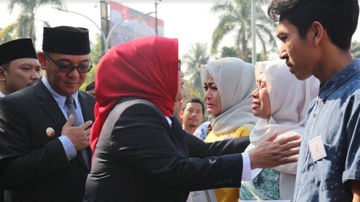 Penyerahan Santunan Untuk Ahli Waris Petugas Pemilu 2019 Yang Meninggal Diwarnai Isak Tangis