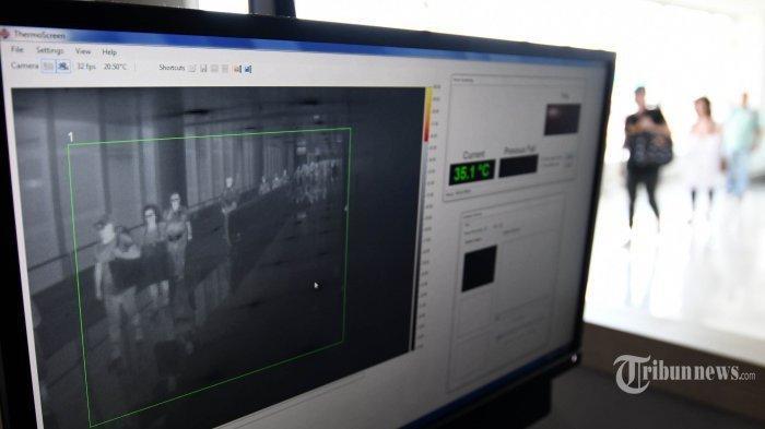 petugas-mengoperasikan-alat-pendeteksi-suhu-tubuh-thermal-scanner.jpg