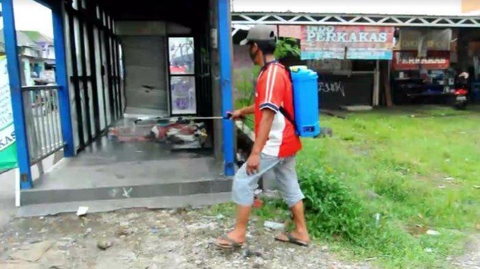 Evakuasi Pria Yang Meninggal Di Halte Gunakan APD, Lokasi Kejadian Disemprot Desinfektan