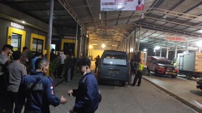 Petugas tengah mengevakuasi mayat wanita yang ditemukan di bagasi mobil yang terparkir di bengkel, Selasa (6/7/2021) malam