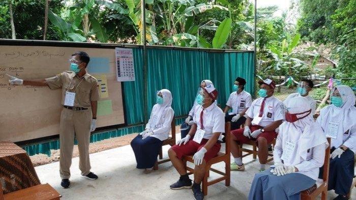 Uniknya TPS di Kabupaten Pekolangan, Tema Kangen Sekolah, Petugas KPPS Pakai Seragam