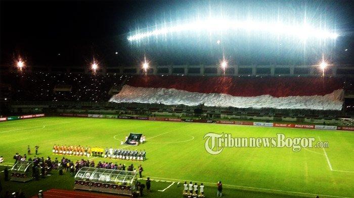 Jokowi Disambut Kibaran Bendara Merah Putih Raksasa saat Tiba di Stadion Pakansari