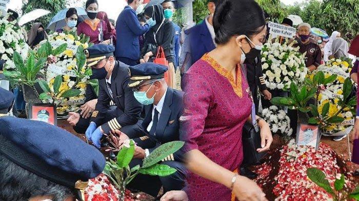 Selain Beribadah, Kebiasaan Captain Afwan Ini Bikin Pramugari Sriwijaya Air Terharu : Ingat Keluarga