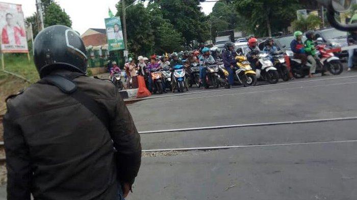Sudah Banyak Makan Korban, Masih Banyak Pengendara Terobos Pintu Rel Kereta Pondok Rumput Bogor