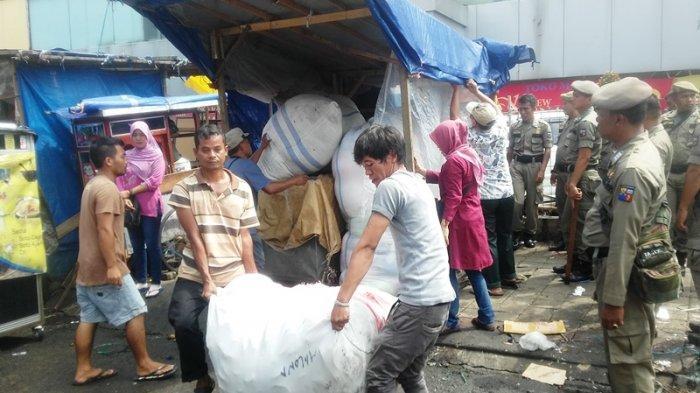 Didatangai Satpol PP Kota Bogor, PKL di Pasar Kebon Kembang Berlarian Pindahkan Barang Dagangannya