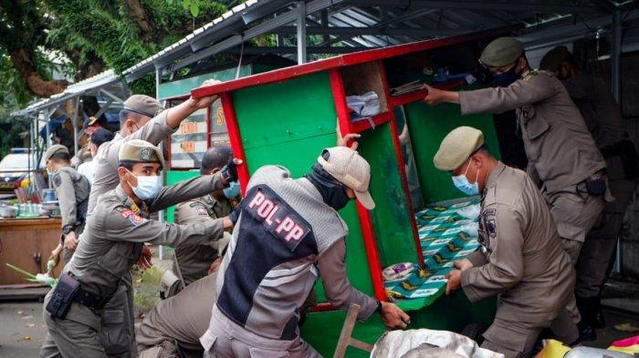 Petugas Gabungan Satpol PP Kota dan Kabupaten Bogor Tertibkan Ratusan PKL di Villa Bogor Indah