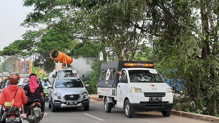Cegah Covid-19, PMI Kota Depok Semprotkan Cairan Disinfektan di Jalan Raya Cipayung