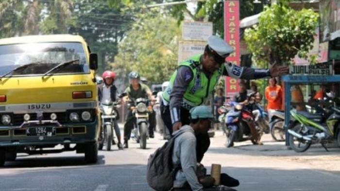 Viral Video Polisi Tendang Pemotor Sampai Tabrak Becak dan Jatuh, Begini Kejadian Sebenarnya