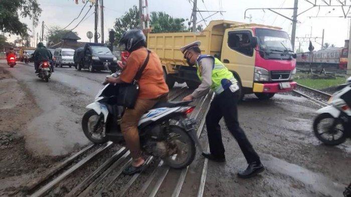 Warga Parungpanjang Bogor Keluhkan Perlintasan Kereta Api, Banyak Pengendara yang Jatuh