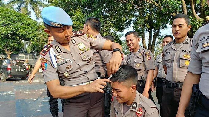 Ketahuan Berambut Panjang, 20 Anggota Polres Bogor Dicukur dan Disuruh Push Up