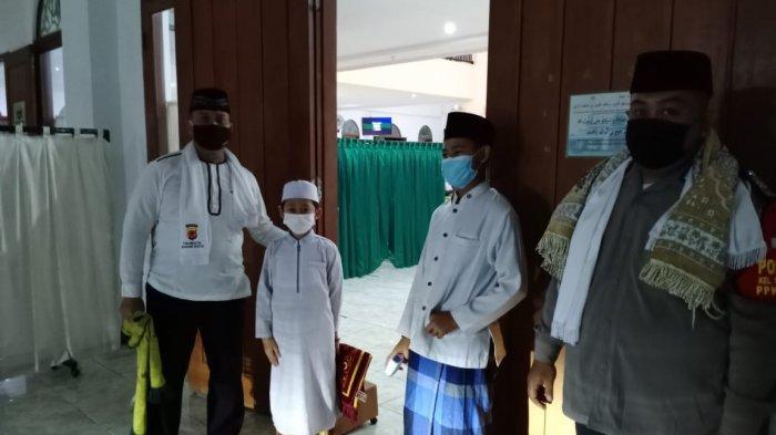 Polisi Ramadhan Ikut Bantu Jaga Prokes Saat Pelaksanaan Shalat Taraweh di Masjid Raya Taman Yasmin