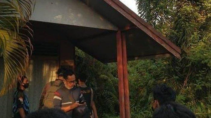 Polisi memasang garis polisi di lokasi penemuan jasad wanita tanpa kepala di Banjarmasin, Kalsel, Rabu (2/6/2021).